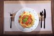 Spaghetti Bolognaise mit Untersetzer und Besteck