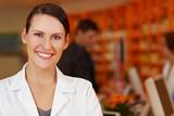 Portrait einer glücklichen Apothekerin