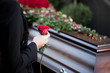 Leinwandbild Motiv Frau auf Beerdigung mit Sarg
