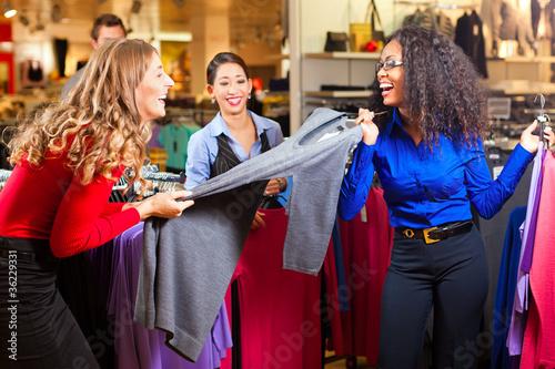 Frauen in einem Einkaufszentrum beim Shopping