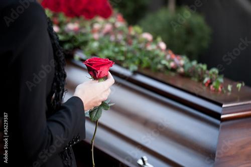 Frau auf Beerdigung mit Sarg - 36229387