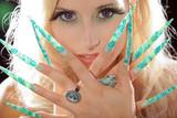 Beauty mit langen Stiletto Finger Nägel