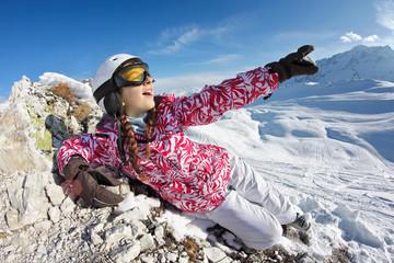 Adolescente skieuse montre de la main