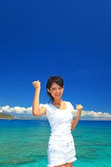 コマカ島の美しい風景に感動する女性