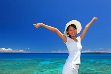 夏休みを満喫する笑顔の女性