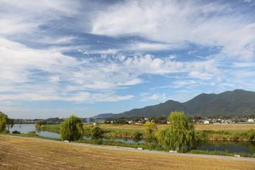 秋の川と川原と山と空