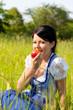 Junge Frau beisst in roten Apfel