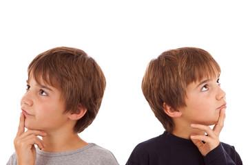 Zwei Jungen blicken nachdenkend in die entgegengesetzte Richtung