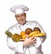 Cocinero sosteniendo frutas.