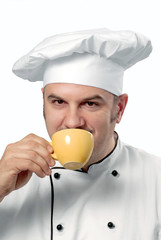 Chef probando café.
