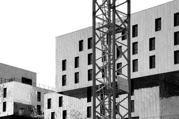 Zeitgenössische Architektur mit Kran, schwarzweiss