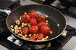 Tomaten und Nüsse in der Pfanne