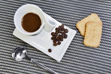 Caffe con chicchi, biscotti e cucchiaino