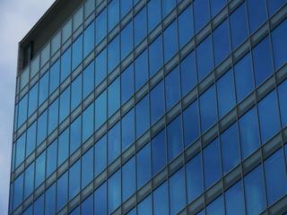 ビルに反射する空と雲