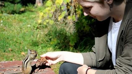 Бурундук на руках у девушки (chipmunk)