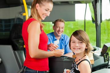 Mutter und Kind steigen in einen Bus ein