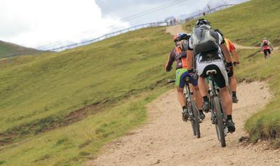 In mountain bike su un sentiero Dolomitico
