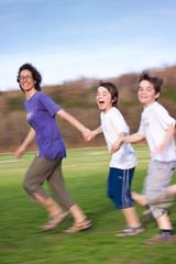 Aktive Mutter läuft mit zwei glücklichen Kindern