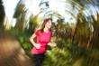 Junge Frau genießt Joggen im Wald