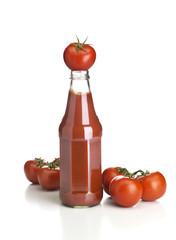 Ketchupflasche mit Tomaten