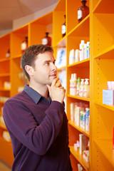 Mann kauft in Apotheke ein