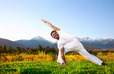 Yoga parivrita parsvakonasana