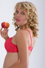 Frau in Dessous mit Liebesapfel