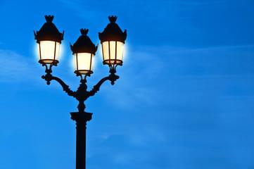 Réverbère à Paris de nuit