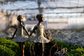Bronzemädchen tanzt im Sonnenuntergang