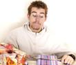 junger Mann beim Geschenke einpacken