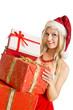 junge blonde Frau hinter vielen Weihnachtsgeschenken