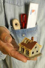 Handwerker mit Hausmodell