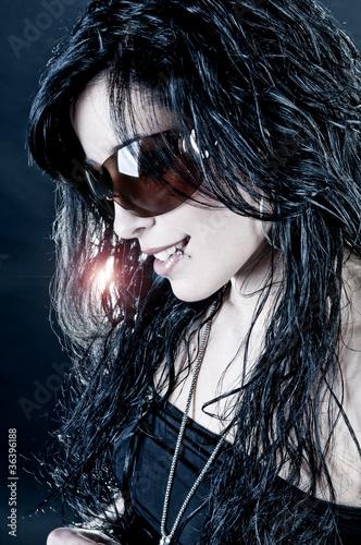 Chica morena con gafas de sol