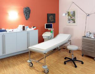 Ultraschallgerät mit Liege in Arztpraxis