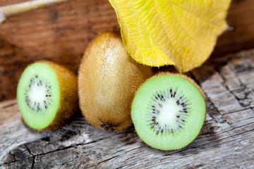 kiwi con foglia gialla