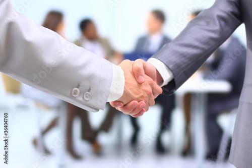 Zwei erfolgreicher Geschäftsmann, der Hände in der Frontseite rüttelt