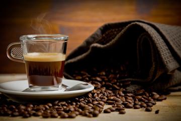 Caffè fumante in tazza di vetro