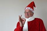 Zufriedener Weihnachtsmann zeigt mit Finger