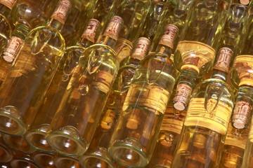 Weinflschen im Regal, Italienische Weine,Piemont