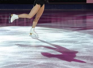 Ombra di pattinatrice sul ghiaccio