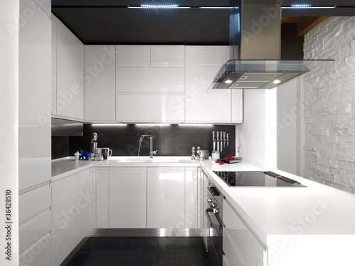 Moderna cucina in laminato bianco immagini e fotografie for Abbonamento a cucina moderna