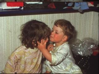 Kleinkinder küssen sich