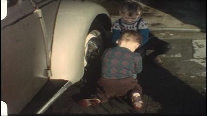 Kinder waschen Vaters Auto (8 mm-Film)