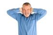 Mann hält sich die Ohren zu