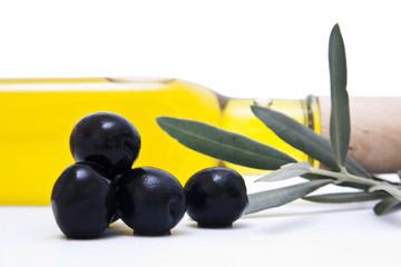 aceitunas negras con botella de aceite
