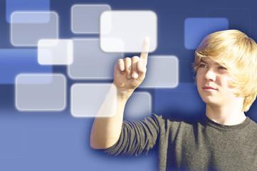 Jugendlicher mit Touchscreen