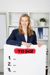 businessfrau mit to do liste