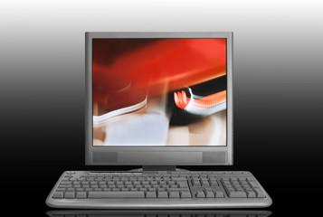 Monitor encendido y teclado inalámbrico.