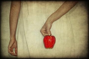 Mela rossa tra le dita, texture retro