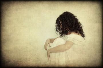 Donna in abito bianco pensierosa, solitaria, texture retro